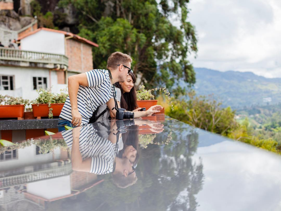 Solo travellers in their 30s chatting in Colombia